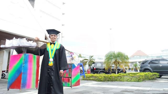 Kisah Mengharukan Mahasiswa UMY yang Selesaikan Kuliah dengan Gorengan