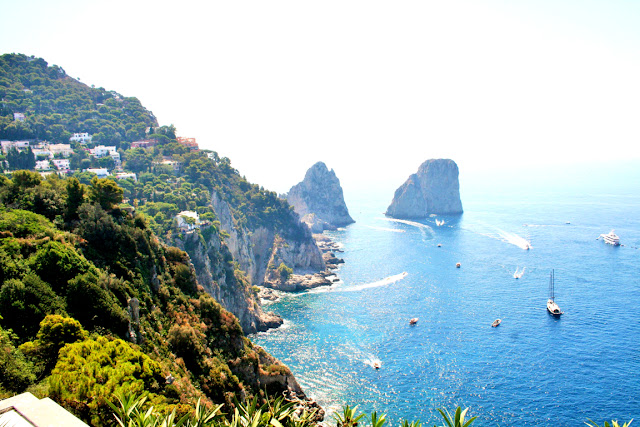 mare, acqua, isola, cielo, faraglioni, scogli, barche, vegetazione