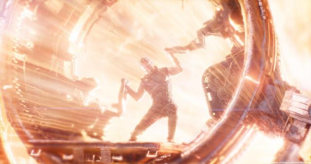 Thor mantendo a iris aberta para que a energia da estrela Nidavellir pudesse derreter o metal que forjaram a Stormbreaker