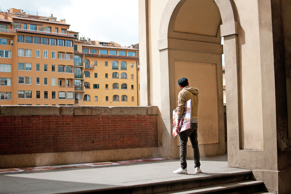 Un marchand à la sauvette a disposé ses dessins sur le sol près du Ponte Vecchio, au bord de l'Arno