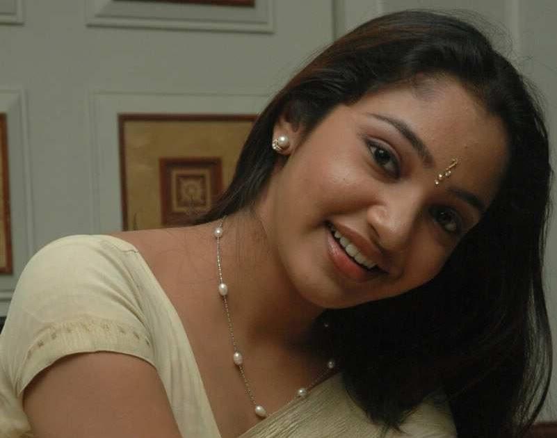 Tamil Actress Maya Unni In White Saree Photos