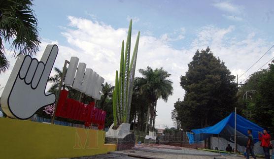 Salah satu item pekerjaan dalam Revitalisasi Alun-alun Lumajang tahap dua
