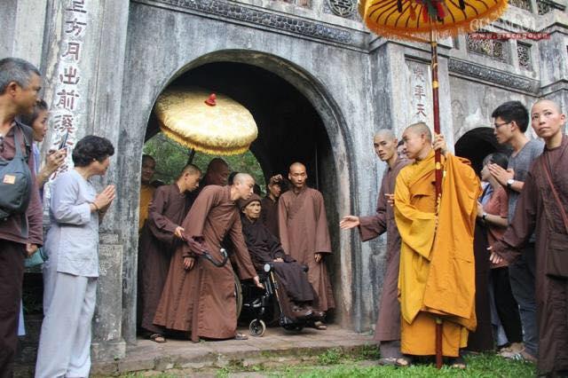Thiền trà với Sư Ông Làng Mai