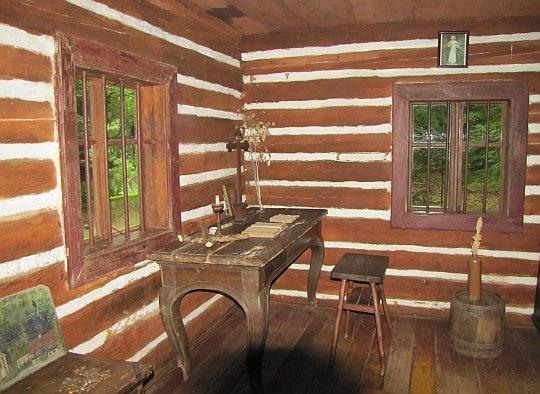 Rekonstrukcja wnętrza chaty, w której mieszkał św. Jan kiedy był pustelnikiem.