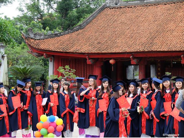 temple de la litterature savoir hanoi vietnam étudiantes