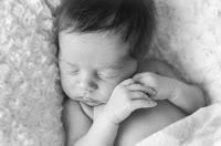 Bebé recién nacido. Fotografía realizada en el estudio Positive de Roldán por Leticia Martiñena, fotógrafa de bebés recien nacidos y niños en Positive Roldán. New Born