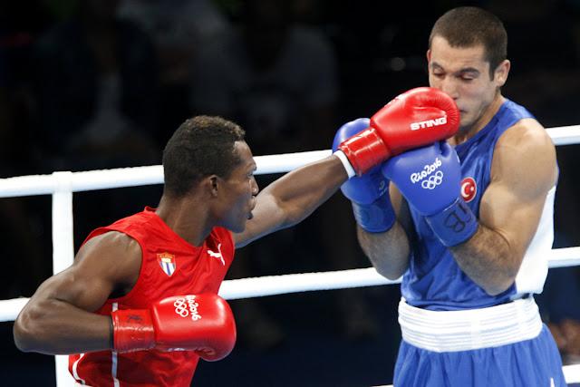 Julio César la Cruz Peraza (rojo) de Cuba, se enfrenta a  M. Unal (azul) de  Turquia, en los octavos de final en la categoría de los 81 Kg del boxeo de los Juegos Olímpicos de Río de Janeiro, en el pabellón 6 de Riocentro, en Barra de Tijuca,  Brasil, el 10  de agosto de 2016.