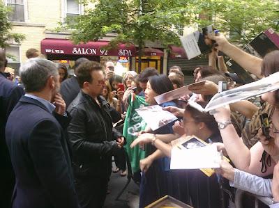 Bono firmando autografos en Nueva York en Junio de 2011