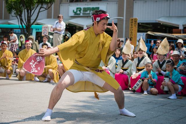 吹鼓連、高円寺駅北口広場での舞台踊り、男踊りの踊り手の写真 8