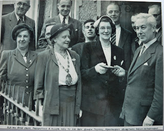 Swansea mayor presents key to new school 1952