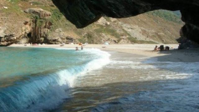 Η άγνωστη μαγική παραλία της Εύβοιας με το φαράγγι, τη λιμνούλα και τους.. σταλακτίτες