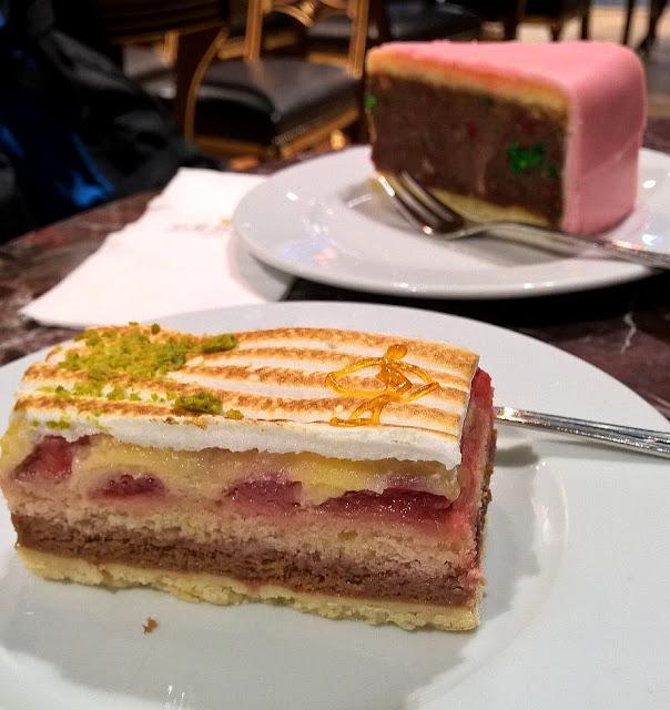 Mallaspulla matkailee Cafe Demel kakku