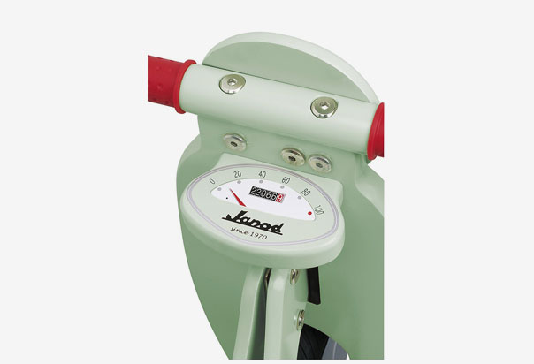 Janod Mint Scooter Adjustable seat to remain comfortable as your child grows