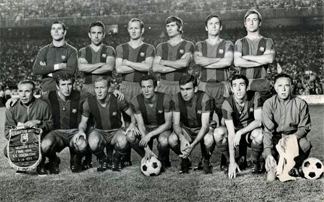 F. C. BARCELONA. Temporada 1970-71. Miguel Reina, Rifé, Gallego, Eladio, Torres, Costas; Claudio Pellejero (utillero), Rexach, Marcial, Dueñas, Zabalza, Asensi y Ángel Mur (masajista). F. C. BARCELONA 4 (Fusté, Zabalza 2 y Alfonseda) VALENCIA C. F. 3 (Claramunt, Paquito y Valdez). 04/07/1971. LXVII Copa del Generalísimo de España, final. Madrid, estadio Santiago Bernabeu.