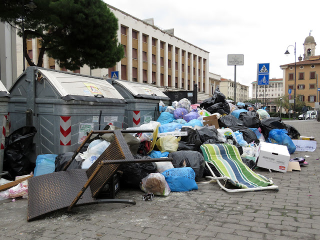 Garbage piling up outside the dumpsters, Viale degli Avvalorati, Livorno