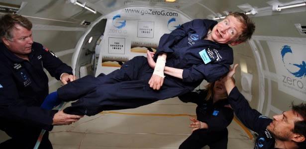 Stephen Hawking experimentando a ausência de gravidade durante uma queda controlada em um avião a jato da NASA