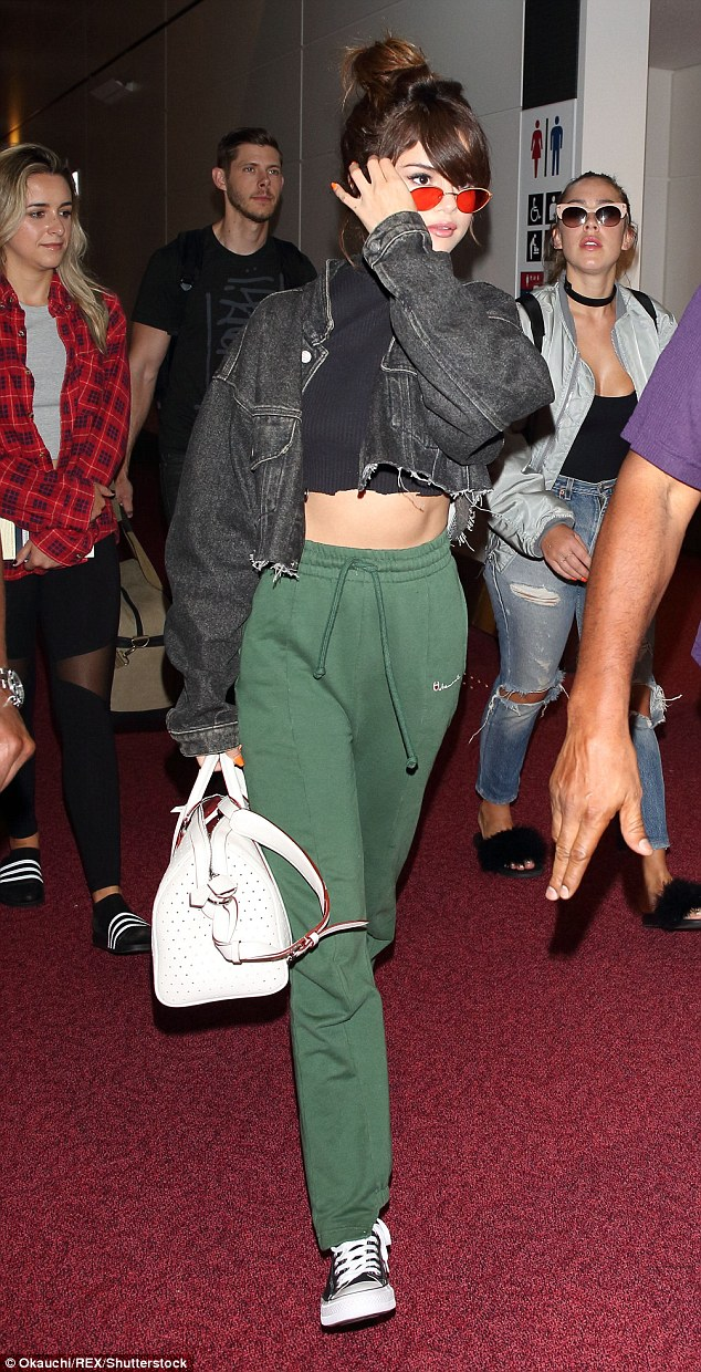 Selena Gomez flaunts toned tummy at Tokyo International Airport‏