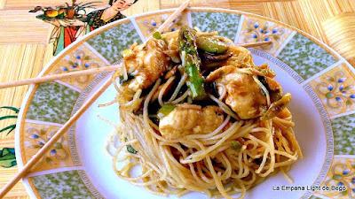 http://laempanalightdebego.blogspot.com.es/2014/07/fideos-de-arroz-con-setas-verduras-y.html