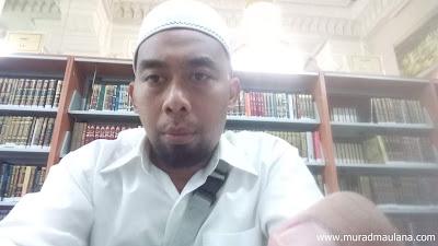 Foto diantara Rak-Rak Kitab di Perpustakaan Masjidil Haram