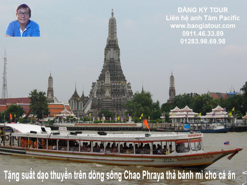 Tặng suất dạo thuyền trên dòng sông Chao Phraya thả bánh mì cho cá ăn