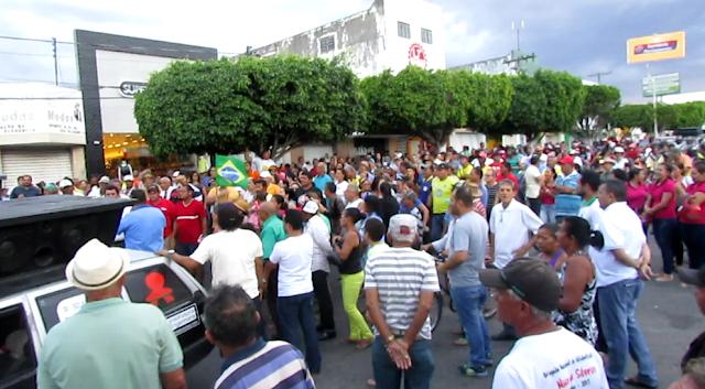 """Moradores de Delmiro Gouveia protestam contra a cobrança abusiva da """"Taxa de Iluminação Pública"""""""
