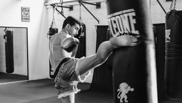 Alessandro Crescenzi, atleta Muay Thai, mentre si allena al sacco