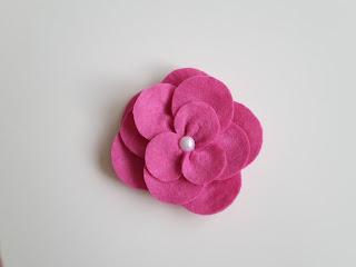 różowy kwiat z filcu
