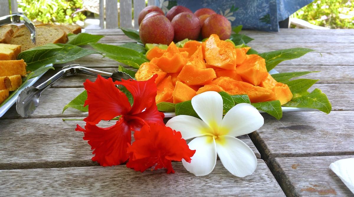 Papaia fresca, ibischi e frangipani a Rarotonga - foto di Elisa Chisana Hoshi