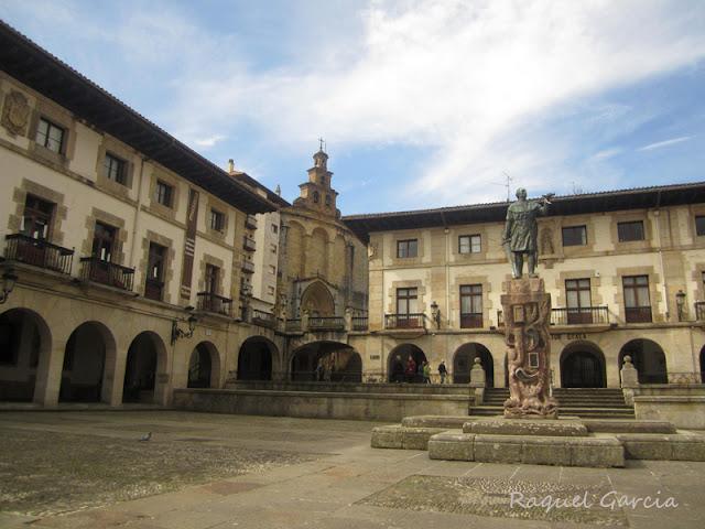 Plaza de los Fueros, presidida por la estatua de Don Tello, fundador de Gernika