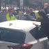 Επίθεση οργισμένων οδηγών ταξί σε αυτοκίνητο της Uber (video)