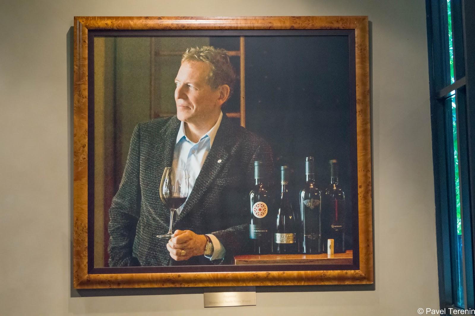 В зале для дегустаций можно увидеть портрет владельца винодельни.