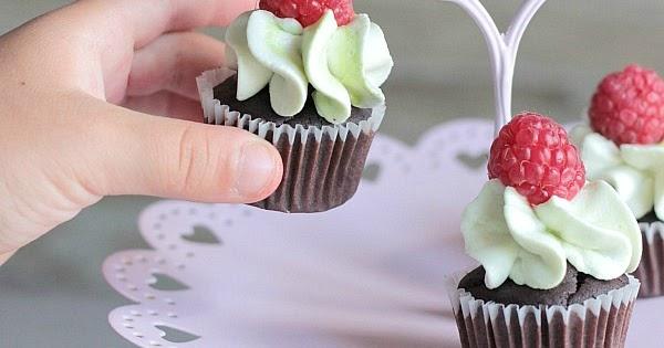 Cupcakes al cacao con frosting al pistacchio e lamponi
