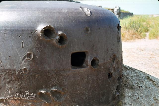 Fort d'Arboulé (la Varde). Casemate de type R122 surmontée d'une coupole type 441PO1 (mitrailleuse & orifice pour un périscope au sommet).