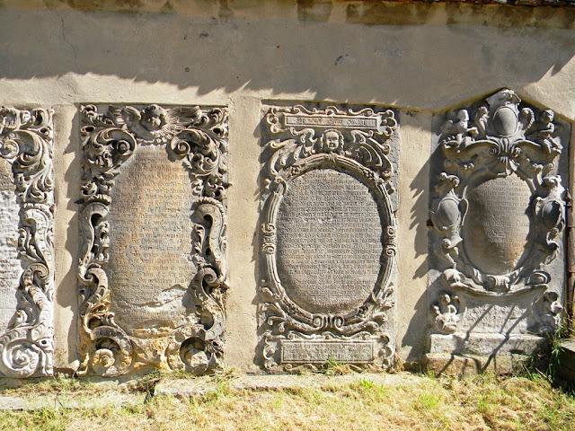 rzeźby, mur cmentarza w Kożuchowie