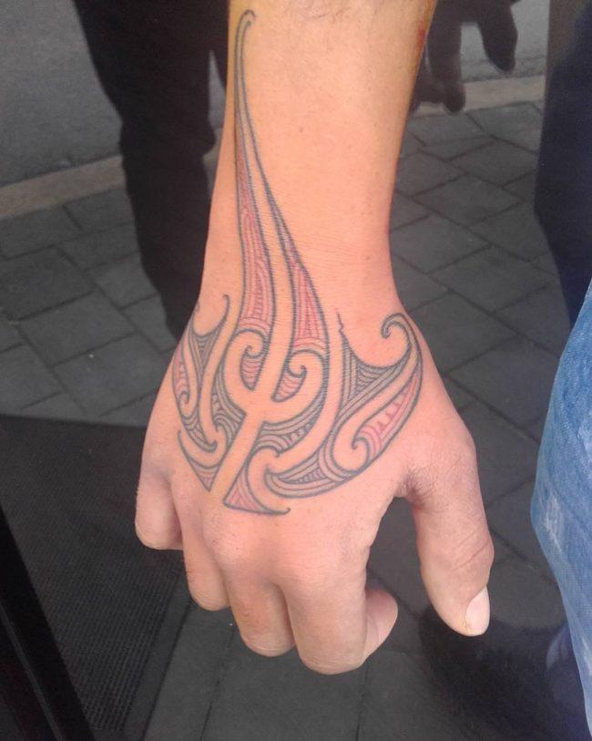 tatuaje de mantarraya en la mano
