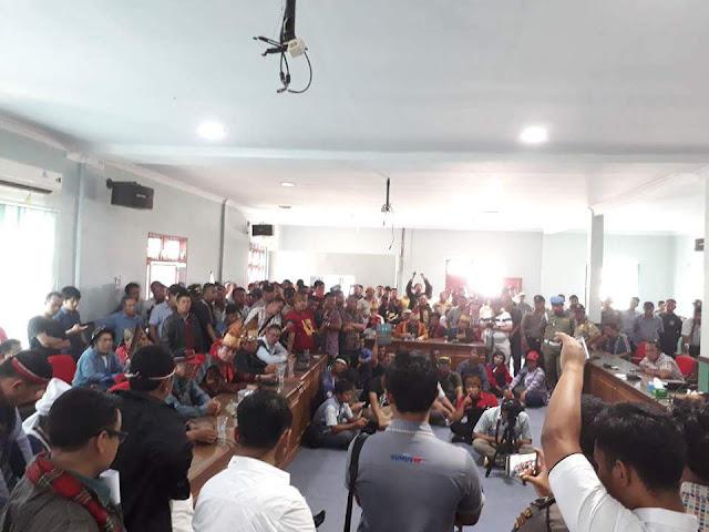 Gerakan Sapangambei Manotok Hitei Paksa Masuk Gedung DPRD Siantar
