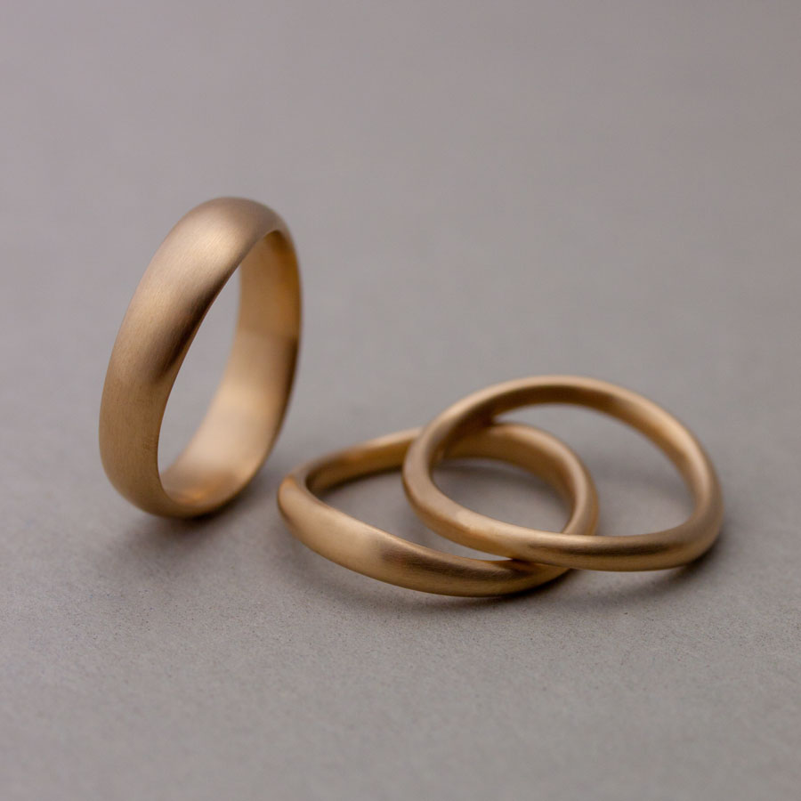 Subtilt formade vigselringar. Subtly shaped wedding rings. – Petronella  Eriksson 3c3818ec1b825
