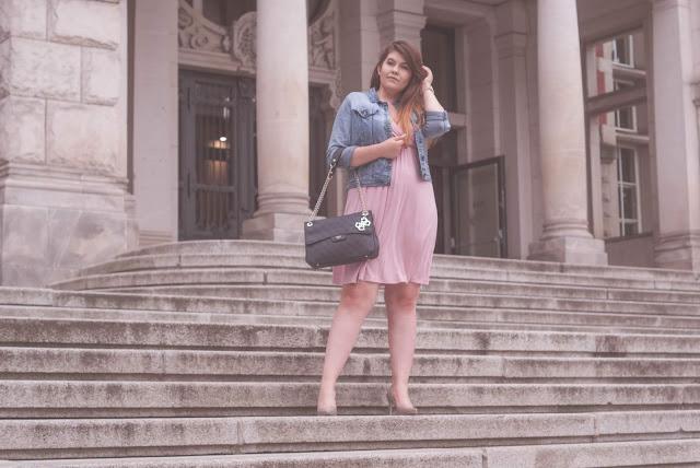 Sukienka i dżinsowa kurtka