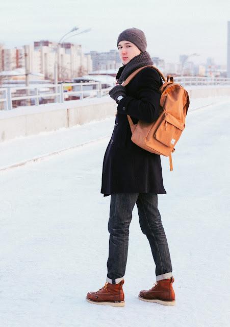 Классическое мужское пальто Burton Menswear London синего цвета хорошо смотрится с рюкзаком Herschel карамельного оттенка и кожанными ботинками Thorogood. А серые и неброские аксессуары типа шапки Empire, шарфа и перчаток Cheap Monday, хорошо вписываются в мужской зимний образ. Стиль кэжуал.