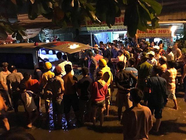 Rất đông người dân đứng theo dõi vụ việc