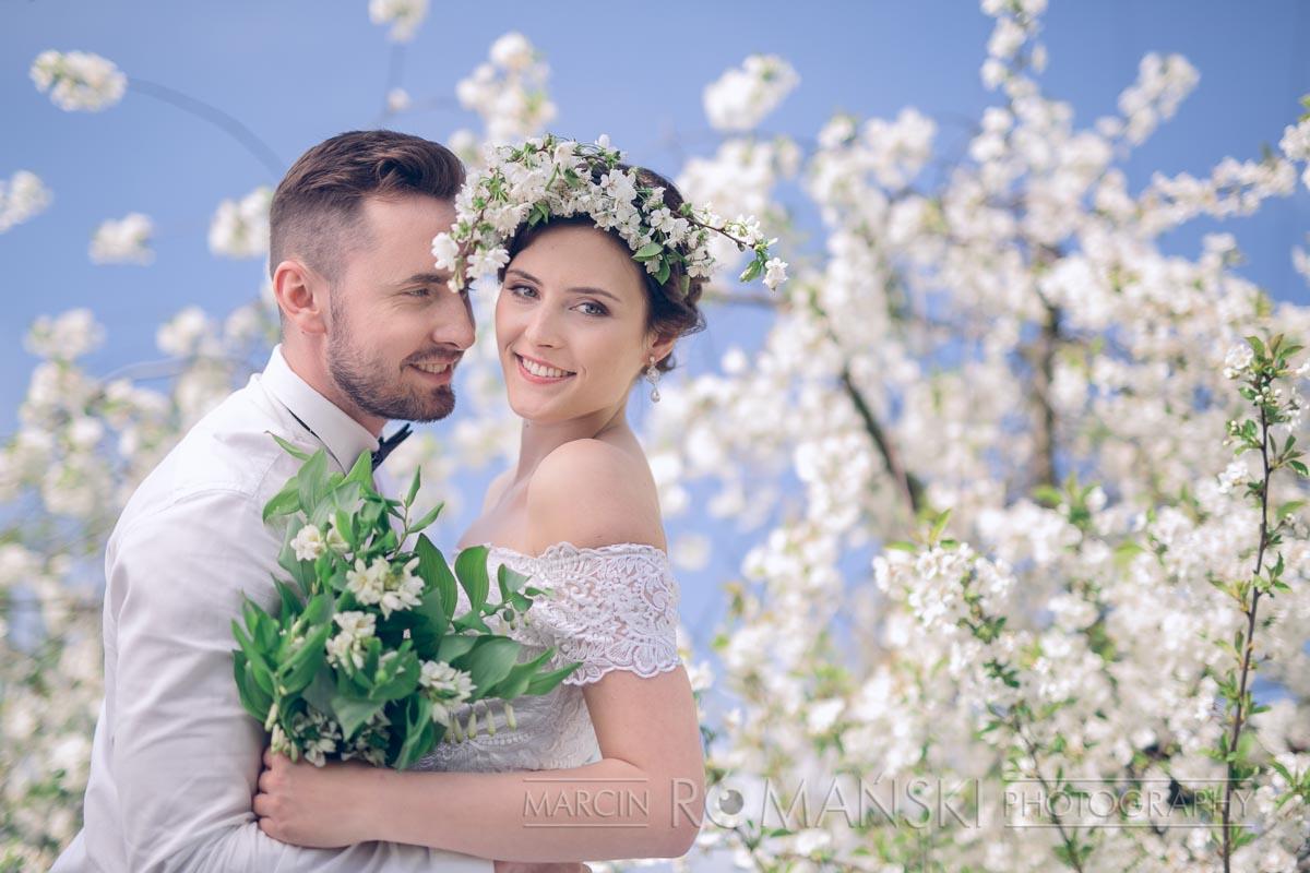 Wianek ślubny z naturalnych, kwitnących gałązek wiśni.