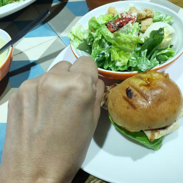 https://4.bp.blogspot.com/-6CHpM2cXkIo/VtA5wfe4ErI/AAAAAAAAFWc/woUyZx8Bqqw/s640/burger1.jpg