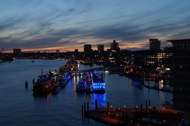 Hamburg Photo Diary August 2017: Blick von der Elbphilharmonie auf den Hafen bei Nacht