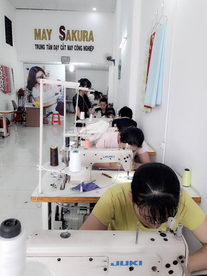 Học viên đang thức hành lớp cắt may gia công