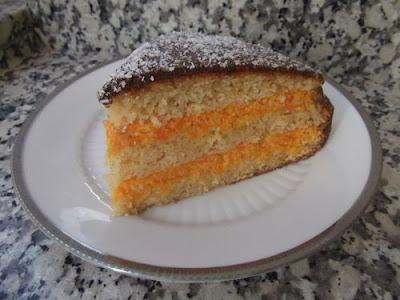 Porción de tarta de zanahoria y coco