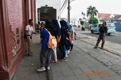 mas farid menceritakan fungsi bangunan toko merah dalam bahasa inggris kepada anak anak mtsn 4 jakarta walking tour wisata kota tua