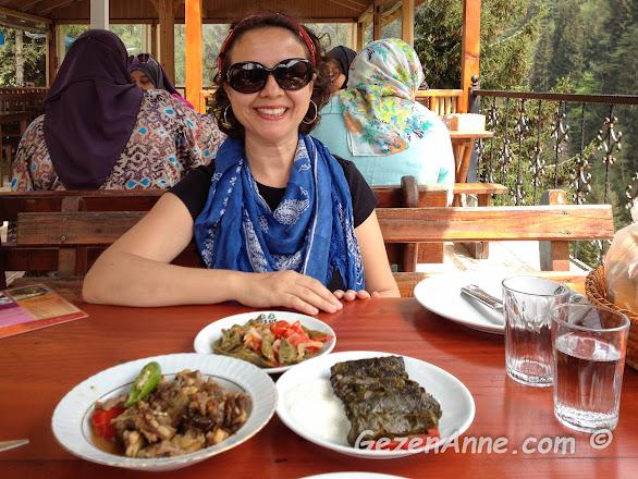 Ayder yaylasında Karadeniz yemekleri yerken, Eylül restoran Rize