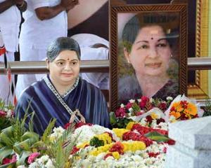 மெரினா நினைவிடத்தில் ஜெயலலிதா சிலை