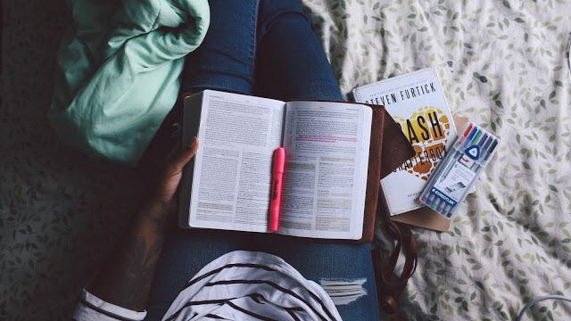 Garota Estudando com livros