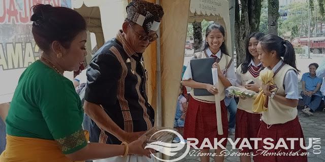 Pulang Sekolah, Tiga Siswi SMA Katolik Ini Dapat Kejutan dari Bupati Tana Toraja